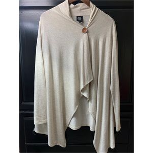 Asymmetrical sweater with wood button